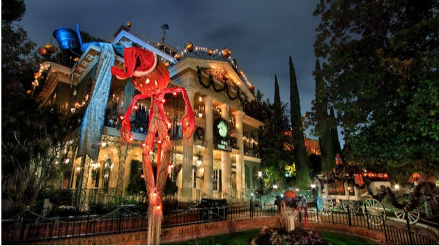 The Haunted Mansion at Disneyland (© Disney)